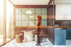 Femme d'afro-américain dans la cuisine bleue image stock