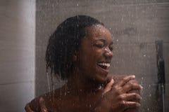 Femme d'afro-américain dans la douche Photographie stock libre de droits
