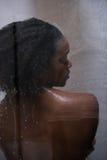 Femme d'afro-américain dans la douche photos stock