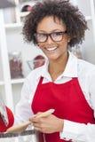 Femme d'Afro-américain de métis faisant cuire la cuisine Images libres de droits