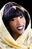 Femme d'Afro-américain de portrait enveloppée dans le châle d'or Photos stock
