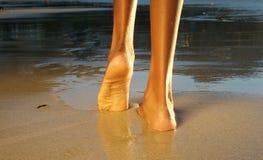 Femme d'afro-américain de vue arrière marchant sur la plage Photo libre de droits