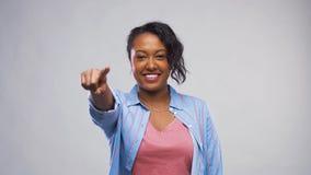Femme d'afro-américain dirigeant le doigt à la caméra banque de vidéos