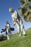 Femme d'Afro-américain jouant au golf Images libres de droits