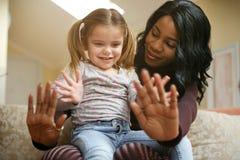 Femme d'afro-américain jouant avec la fille Esprit d'électrodéposition de femme elle Photo stock