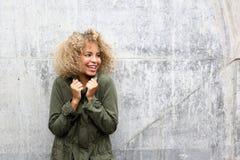 Femme d'afro-américain maintenant chaude avec la veste Photographie stock libre de droits