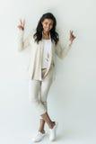 Femme d'afro-américain montrant des signes de paix d'isolement sur le blanc Photographie stock libre de droits