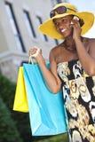 Femme d'Afro-américain, téléphone portable et sacs à provisions Photographie stock libre de droits