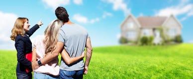 Femme d'agent de Real Estate avec des clients près de nouvelle maison photographie stock
