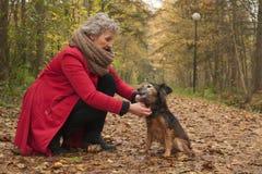 Femme d'ager et son chien photographie stock libre de droits