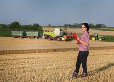 Femme d'agriculteur à la récolte Photos libres de droits