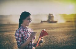 Femme d'agriculteur à la récolte Photographie stock