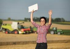 Femme d'agriculteur à la récolte Image stock