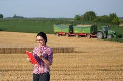 Femme d'agriculteur à la récolte photographie stock libre de droits