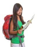 Femme d'Aisan avec le sac à dos et la carte images stock