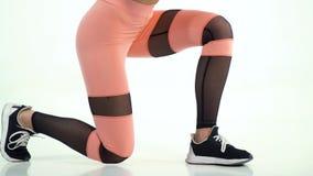 Femme d'ajustement dans le pantalon de yoga, faisant des exercices physiques clips vidéos
