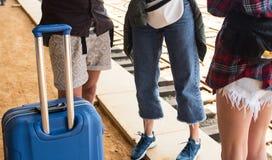 Femme d'amis de voyageur avec le train sur la gare ferroviaire avec des bagages Image libre de droits