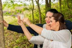Femme d'amis prenant le selfie Images libres de droits