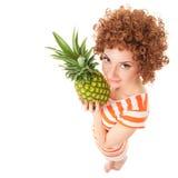 Femme avec l'ananas sur le fond blanc photo libre de droits
