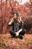 Femme d'appel téléphonique image libre de droits