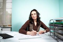 Femme d'architecte à son bureau fonctionnant avec des modèles dans l'avant Photos libres de droits