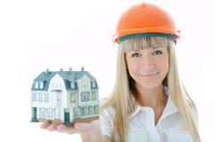 Femme d'architecte avec peu de maison à disposition Images libres de droits