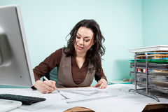 Femme d'architecte dans son bureau Images stock