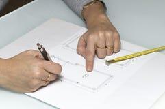 Femme d'architecte traçant un plan Photos stock