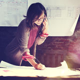 Femme d'architecture travaillant le concept d'espace de travail de croquis de mise au point image stock