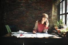 Femme d'architecture travaillant le concept d'espace de travail de croquis de mise au point Photos stock