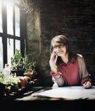 Femme d'architecture travaillant le concept d'espace de travail de croquis de mise au point Photos libres de droits