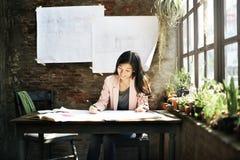 Femme d'architecture travaillant le concept d'espace de travail de croquis de mise au point Images libres de droits