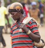 Femme d'Ari dans le chapeau/casque de calebasse au marché de village Bonata Omo Photos libres de droits