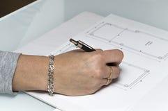 Femme d'Arquitect traçant un plan Photographie stock libre de droits