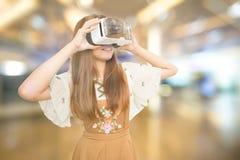 Femme d'ASEAN portant VR Photos stock