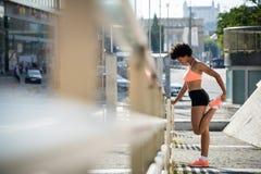 Femme d'athlète de taqueur de coureur s'exerçant dehors photos libres de droits