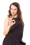 Femme d'Attracive dans le noir affichant le signe en bon état Photo libre de droits