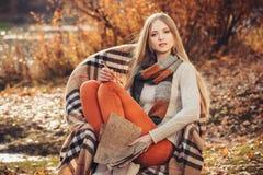 Femme d'auteur en parc d'automne photographie stock