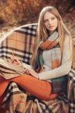 Femme d'auteur en parc d'automne images stock