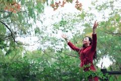 Femme d'automne/chute heureuse dans la pose gratuite de liberté Photos stock