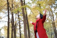 Femme d'automne/chute heureuse dans la pose gratuite de liberté Photographie stock libre de droits