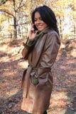 Femme d'automne de scène d'automne avec le téléphone portable images libres de droits