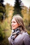 Femme d'automne heureuse en parc de chute regardant autour de avoir l'amusement souriant dans le beau feuillage coloré de forêt Photo stock