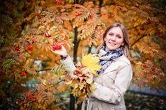 Femme d'automne heureuse en parc de chute regardant autour de avoir l'amusement souriant dans le beau feuillage coloré de forêt Photo libre de droits