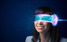 Femme d'avenir avec les verres de pointe de smartphone images stock