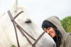 Femme d'Eautiful avec un cheval Photos libres de droits