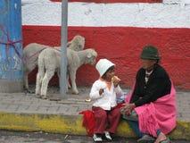 Femme d'Ecuadorian avec un jeune garçon images stock