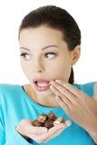 Femme d'embarras avec des chocolats photo stock
