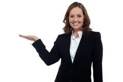 Femme d'entreprise âgée par milieu affichant l'espace de copie photo stock