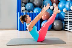 Femme d'exercice d'énigme de Pilates sur le gymnase de tapis d'intérieur Image libre de droits